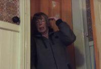 Oma loopt tegen het plakband aan en schreeuwt Kutzooi